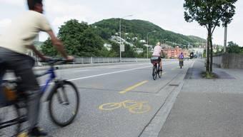 Die Hochbrücke soll künftig Hauptveloverbindung von Baden nach Wettingen sowie Trassee der Limmattalbahn werden. Autos fahren hier ab 2040 nicht mehr. (Archiv)