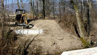 Für die Montage der neuen Brücke über den Dürrbach ist alles bereits vorgekehrt.  ak