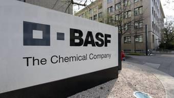 Das BASF Logo vor dem Hauptsitz der BASF Schweiz in Basel