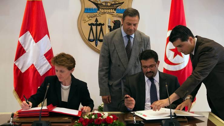 Seither haben sich die Probleme mit tunesischen Asylbewerbern in der Schweiz gelegt: 2012 unterzeichnen Bundesrätin Simonetta Sommaruga und der tunesische Aussenminister Rafik Abdessalem die Migrationspartnerschaft.