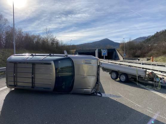 Schinznach-Dorf/A3 AG, 22. Februar: Ein Jeep kippte samt Anhängerzug, auf dem zwei Stahlträger lagen, zur Seite. Der Fahrer wurde leicht verletzt.