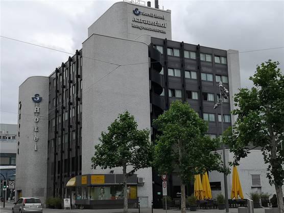Aarau, 15. Januar: Das 1972 erbaute Gebäude am Bahnhof Aarau, in dem sich auch der «Aarauerhof» befindet, wird nach nicht einmal 50 Jahren verschwinden. Wann das passiert, steht aber noch nicht fest. Der neue «Aarauerhof» kann gemäss neuer BNO statt 23 Meter bis zu 33 Meter hoch werden.