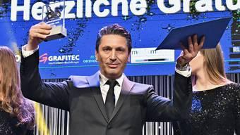 Mario Gullo aus Dietikon hebt stolz seine Trophäe in die Höhe: An der Gala des Fussballverbands Region Zürich wurde er letzte Woche als Schiedsrichter des Jahres ausgezeichnet.