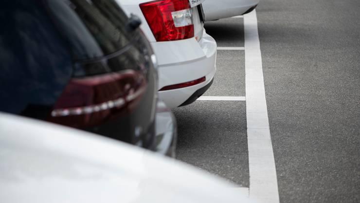 Autos auf weissen, gebührenpflichtigen Parkplätzen in Zürich.