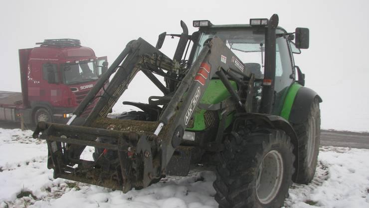 Mit einem Traktor sollte der Lastwagen abgeschleppt werden.