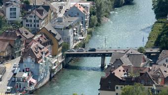 Das waren noch Zeiten: Vor zehn Jahren durften Autos noch über die Schiefe Brücke fahren, die Baden und Ennetbaden (links) verbindet. Heute gilt ein Fahrverbot.