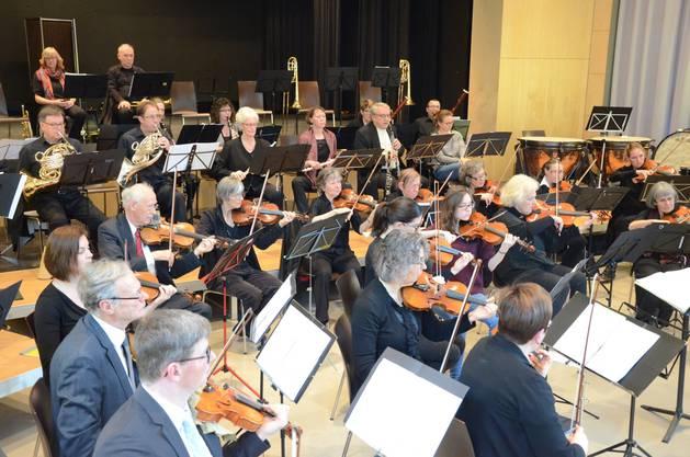 Geigen, Bratschen und Bläser