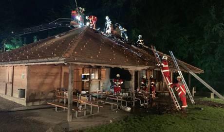 Fünf Verletzte bei Brand von Waldhütte in Beinwil am See