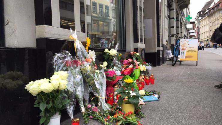Passanten haben in der Altstadt Blumen und Kerzen für das Opfer der Messer-Attacke vom Freitag niedergelegt.
