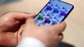 Der südkoreanische Technologieriese Samsung hat das weltweit erste verfügbare Smartphone mit einem 5G-Mobilfunkchip für die neuen Hochgeschwindigkeitshandynetze auf den Markt gebracht. (Archiv)