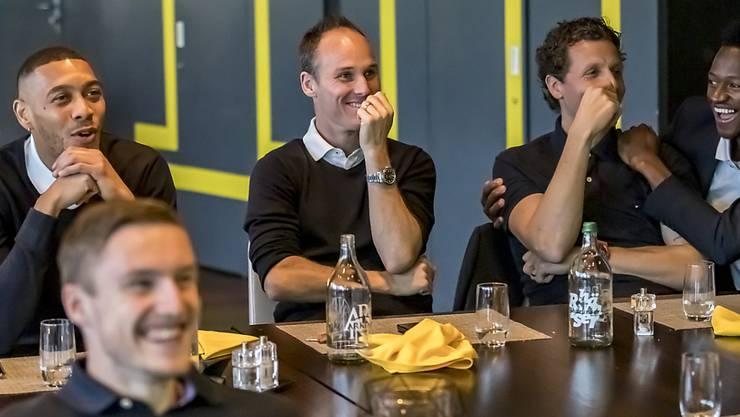 Guillaume Hoarau, Steve von Bergen, Marco Wölfli, Ali Camara und (vorne) Michel Aebischer waren bestens gelaunt, als sie im Stade de Suisse den Match Basel - GC verfolgten