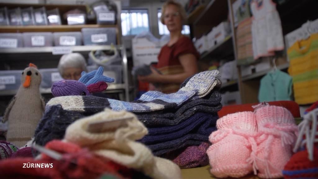 Keine Weihnachtsmärkte: Freiwilligengruppe sitzt auf haufenweise Strickware