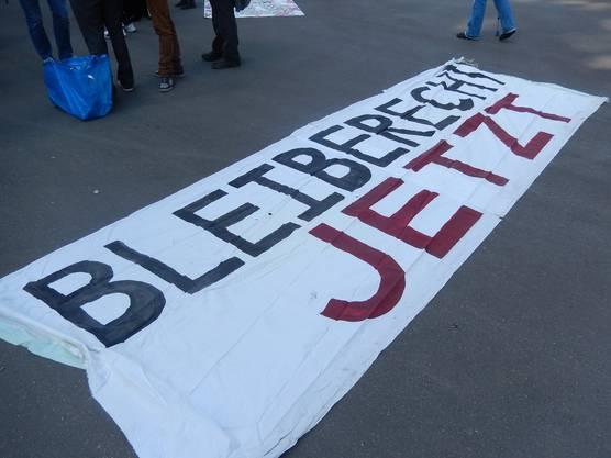 «Bleiberecht jetzt» wird unter anderem auf Bannern gefordert.