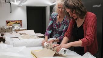 Mitarbeiterinnen des Museums für Gestaltung packen die wertvollen Sammlungsstücke sorgfältig ein.