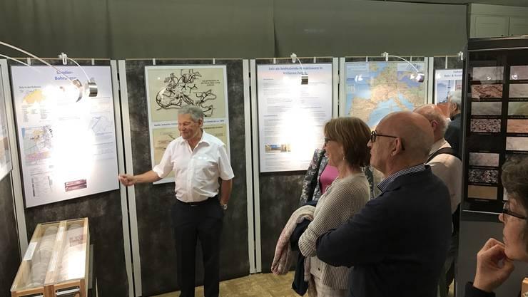Peter Gysi führt durch die Ausstellung