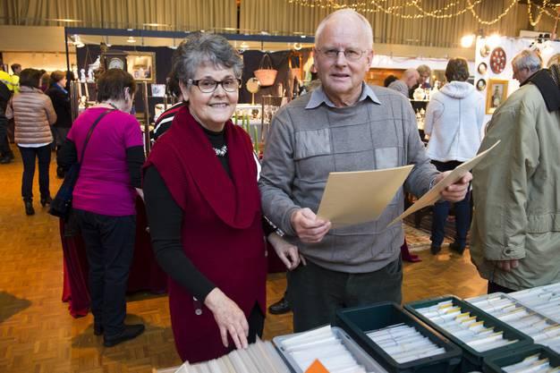 Die Organisatoren Dora und Jakob Brand verkaufen am eigenen Stand Karten und Stiche.