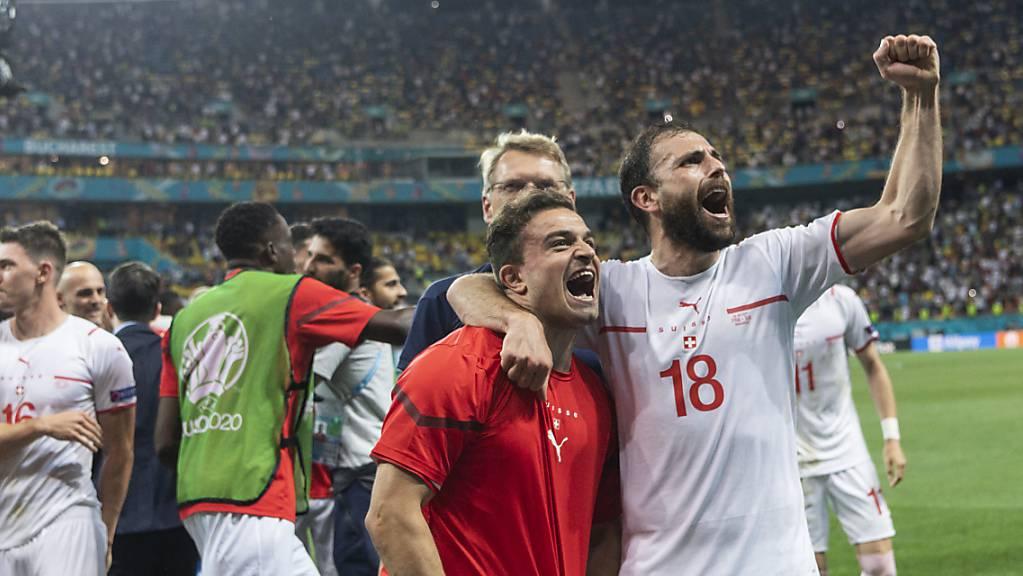 Xherdan Shaqiri (links, mit Admir Mehmedi) führt die Schweiz gegen Spanien als Captain auf das Feld