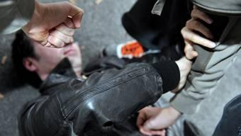 Symbolbild: Zwei Junge Männer attackierten einen Jugendlichen und stahlen ihm das Bargeld.
