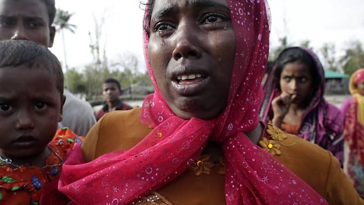 Rohingya-Flüchtlinge, die gerade die Grenze zu Bangladesch überquert haben, weinen - aus Erleichterung oder Verzweiflung.