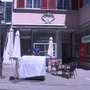 Der Tag des Überfalls. Ein Polizist steht Wache vor dem Laden. (Archiv)