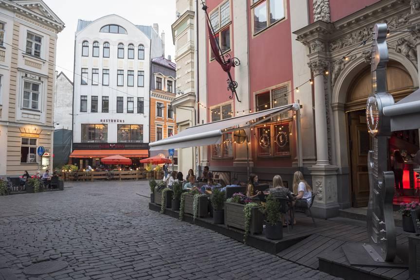 Auch wenn Riga eher im Norden liegt, kann man dort auch draussen seinen Kaffe geniessen. (Bild: istock)