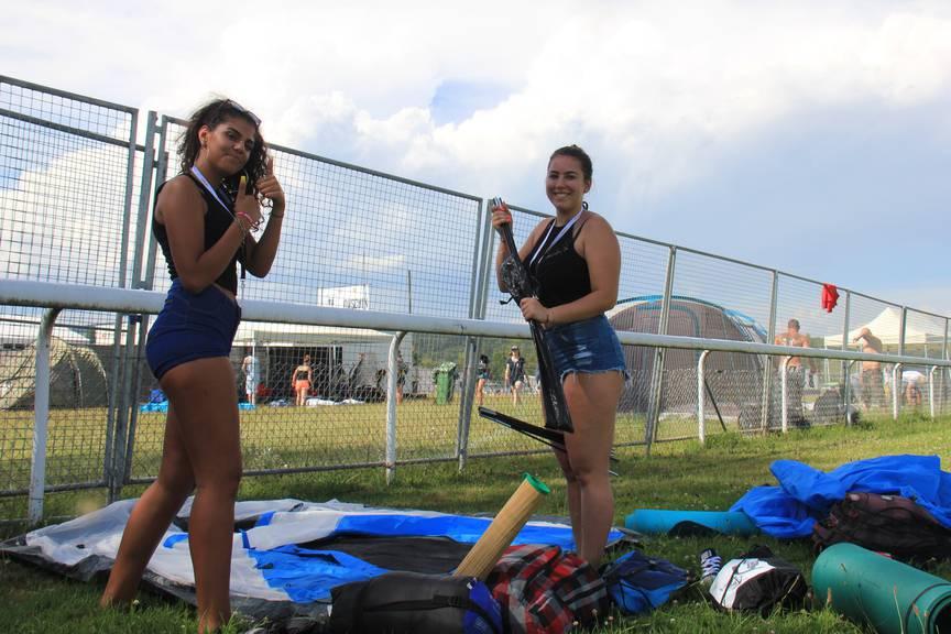 Noch will das Zelt nicht so, wie Jasmin (links) und ihre Freundinnen wollen