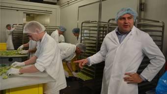 Normalerweise verarbeitet die agrofrucht-Inn AG in Merenschwand regionale Produkte. Manchmal kommen aber auch Früchte wie Limetten als Auftragsarbeit auf die Trocknungsbleche, wie Geschäftsführer Philipp Käppeli zeigt.