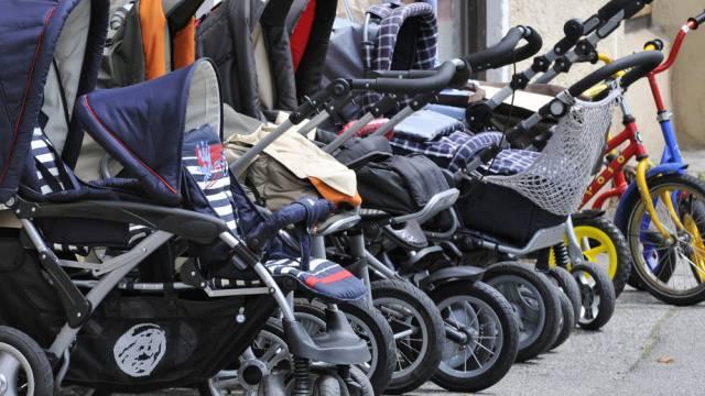 Kinderwagen in Reih und Glied (Symbolbild)