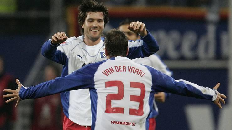 2005: Wicky jubelt mit Van der Vaart über ein HSV-Tor.