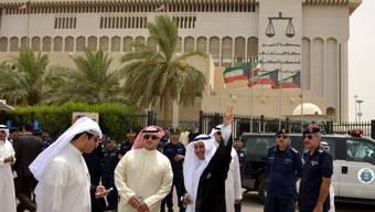Polizisten und Anwälte am Sonntag vor dem Justizpalast in Kuwait