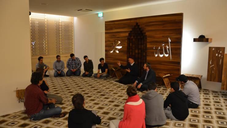 In der Runde wird über die Pilgerreise und die Geschichte des Ibrahim  diskutiert