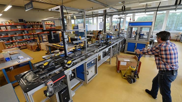 Blick auf eine Produktionslinie der Sauter in Basel, die bisher beim Badischen Bahnhof rund 300 Personen beschäftigt hat. (Archiv)