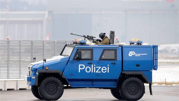 Das Panzerfahrzeug der Zürcher Polizei ist am Flughafen im Einsatz.Keystone