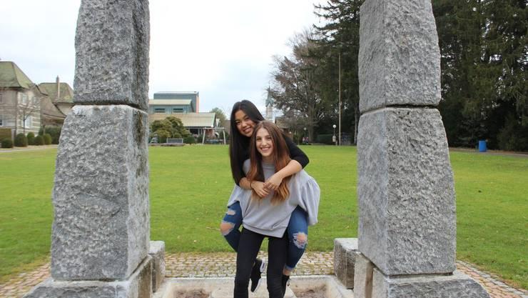 In Cheerleader-Pose: Elena Caracciolo (unten) und Océane Thai.