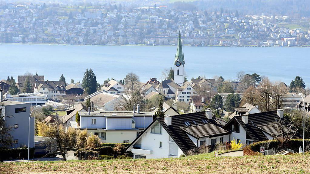 Blick auf Zollikon an der Zürcher Goldküste: Luxuswohnungen haben sich weiter verteuert (Archivbild).