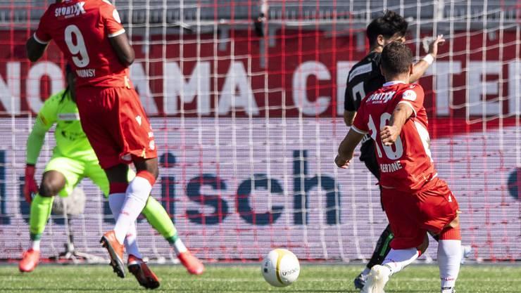 Leonardo Bertone (rechts, Nummer 16) trifft gegen den St. Galler Goalie Lawrence Ati Zigi zu Thuns 1:0. Links der zweite Thuner Torschütze Ridge Munsy