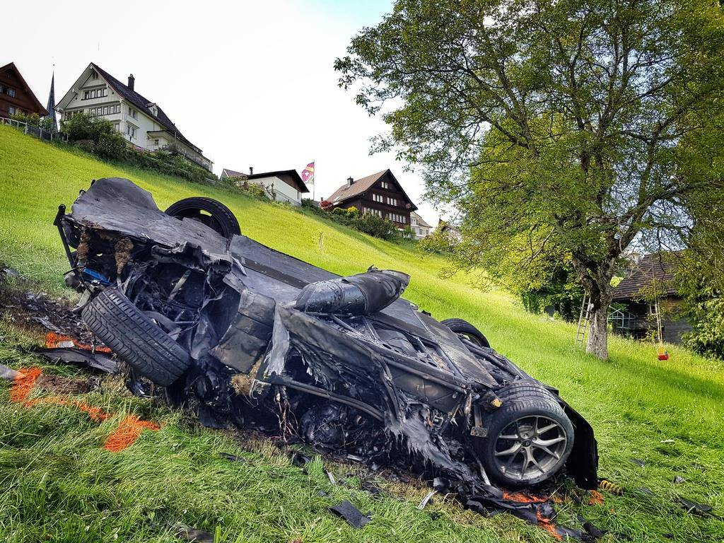 Das Unfallauto brannte komplett aus (© Keystone/AP)