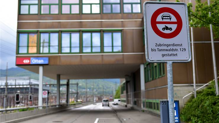 Bei der Tannwaldstrasse 70 steht das Fahrverbot, das die Durchfahrt bis zur Haslistrasse verbietet.