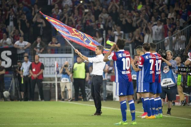 Der abtretende FCB-Präsident mit der FCB-Flagge.