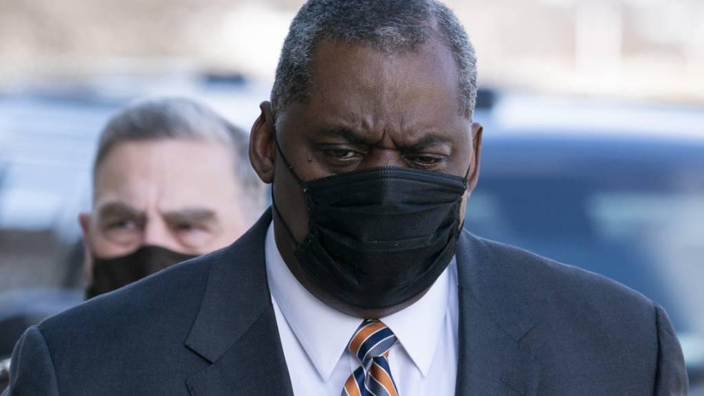 Lloyd Austin, neuer US-Verteidigungsminister, trägt bei seiner Ankunft im Pentagon einen Mund-Nasen-Schutz. Foto: Alex Brandon/AP/dpa