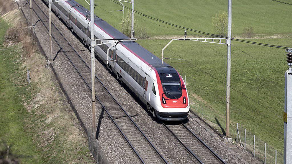 Die Fernverkehrskonzession der SBB wird um zwei Jahre verlängert. Bis Mitte 2018 will der Bund entscheiden, welche Fernverkehrslinien ab dem Fahrplanwechsel 2019 von der SBB und welche von der BLS betrieben werden sollen. (Archivbild)