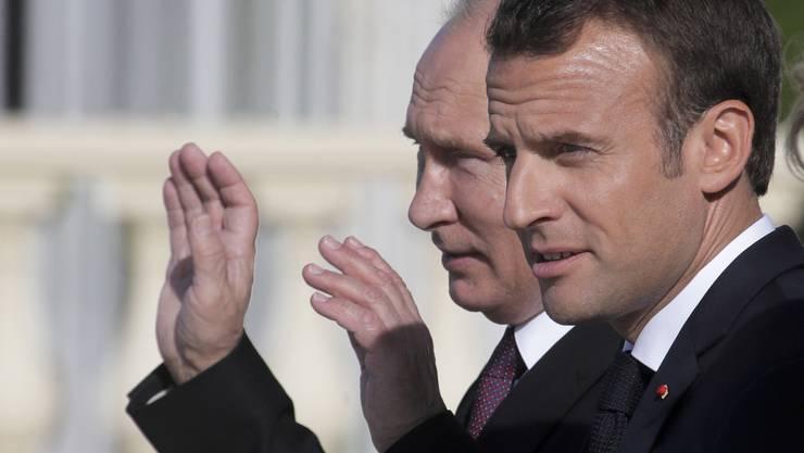 Der russische Präsident Wladimir Putin (links) hat in St. Petersburg den französischen Staatschef Emmanuel Macron zu einem Gespräch über internationale Krisen empfangen.