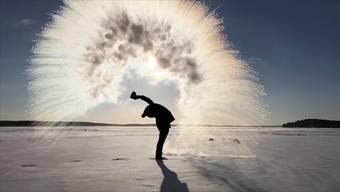 Die Kältewelle in den USA verleitet für diesen neuen Trend zum Gang nach draussen. Dabei entstehen atemberaubende Bilder.
