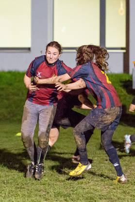 Besuch beim Training der Ladies des Rugby Club Würenlos am 9. November 2017. Im Bild: Jana Landolt aus Würenlos versucht sich an der Verteidigung vorbeizukämpfen.