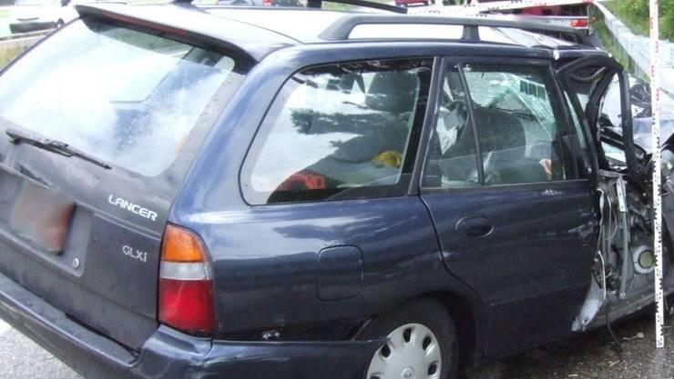 Das Auto kollidierte mit einer Mauer, der Fahrer wurde nur leicht verletzt  (Symbolbild).