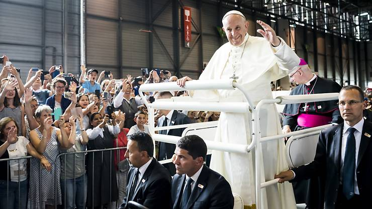 Papst Franziskus bei seiner Einfahrt in die Palexpo-Halle, begleitet von Bischof Charles Morerod.