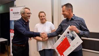 Thomas Heimann, Leiter des Gründerzentrums des Kantons Solothurn, gratuliert dem Grenchner Physiotherapeuten Jan Swager van Dok und seiner Tochter Nina zum Gewinn der 9. Neugründer-Challenge.