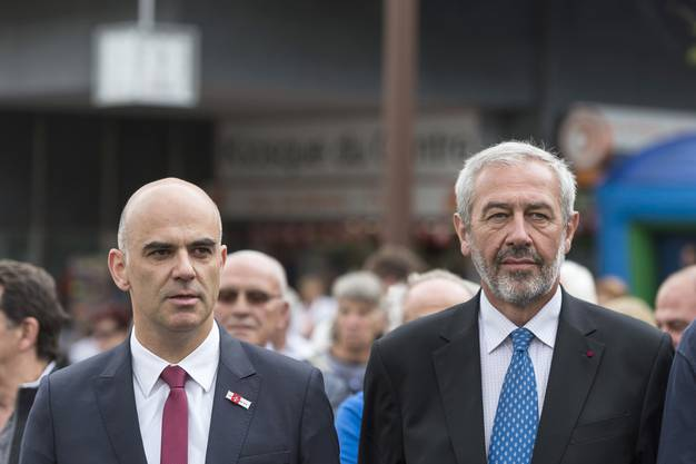 Bundesrat Alain Berset, links, nimmt auf Einladung von François Genoud, Stadtpäesident von Sierre, rechts, an der Bundesfeier 2015 in Siders VS teil.