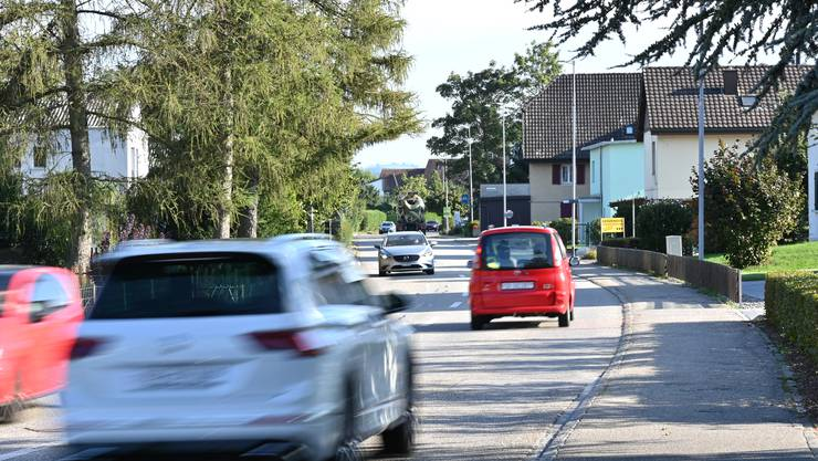 Auf der Fulenbacherstrasse soll der Fahrbahnbelag durch eine Leisere ersetzt werden. Im Hintergrund gut zu sehen: Die störenden Schwerlaster.