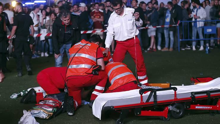 Rettungskräfte versuchen am Musikfestival Mad Cool in Madrid vergeblich, das Leben des abgestürzten Artisten zu retten.
